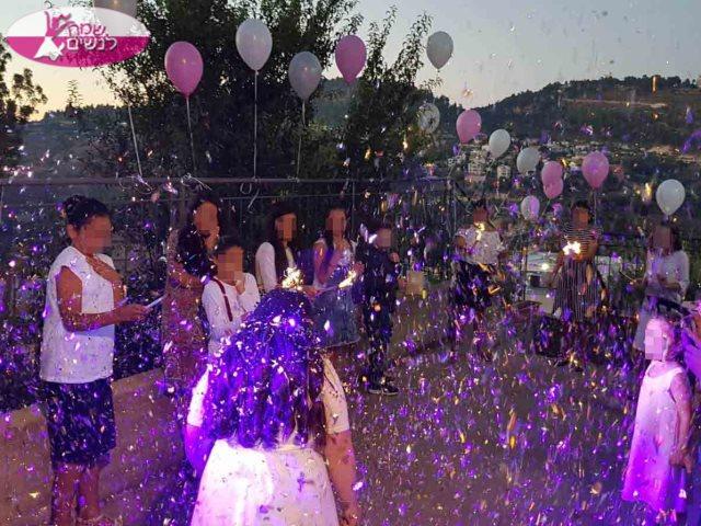מסיבת בת מצווה עם הבנות בהדלקת הזיקוקים והפרחת הבלונים. צילום: אדוללת